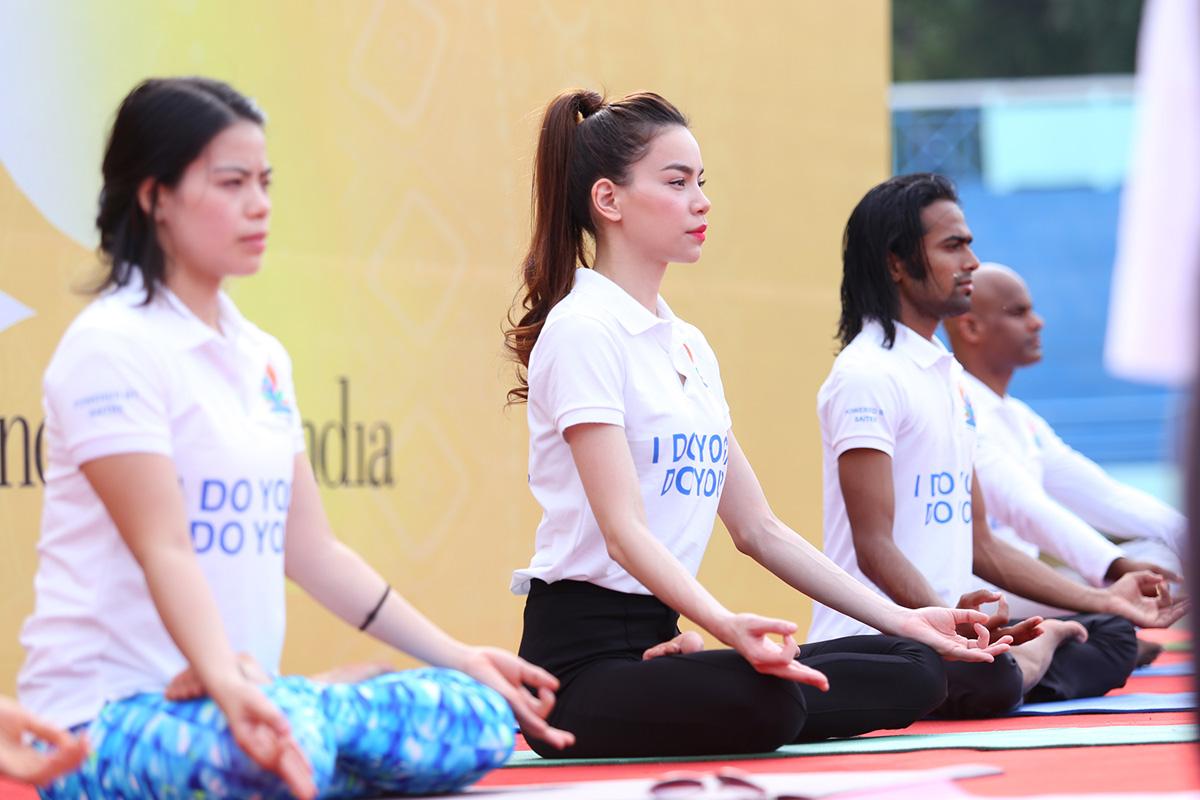 Hồ Ngọc Hà tập yoga cùng người dân Sài thành