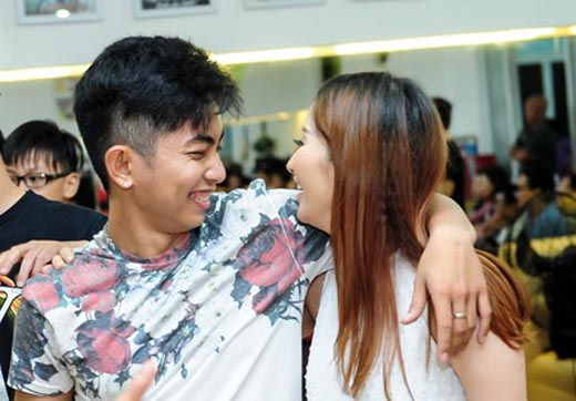 Phan Hiển ôm chặt Khánh Thi trong ngày sinh nhật
