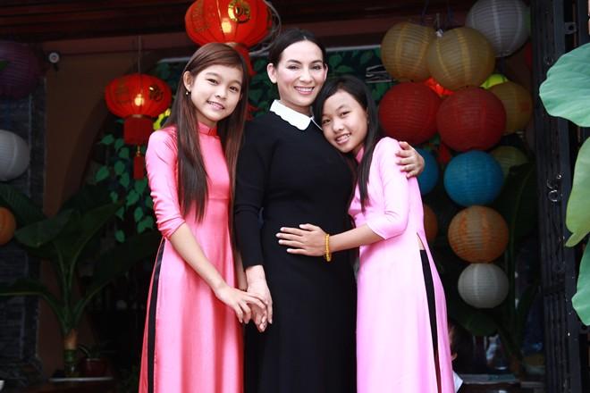 Phi Nhung nhận 2 ca sĩ nhí làm con nuôi