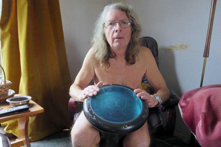 """Cụ ông 60 thích """"nude"""" tìm bạn đời"""