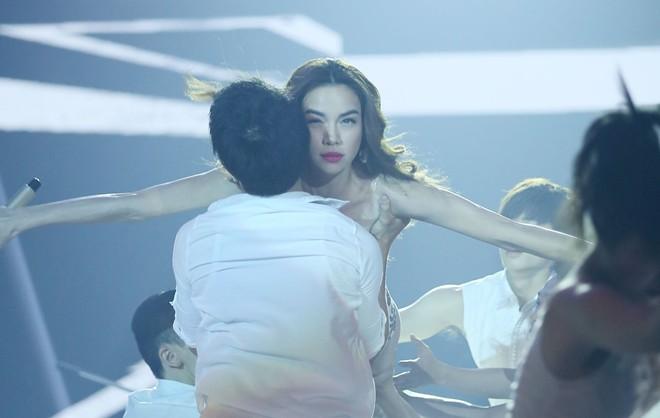 Hồ Ngọc Hà gợi cảm, khoe vũ đạo nóng bỏng trên sân khấu