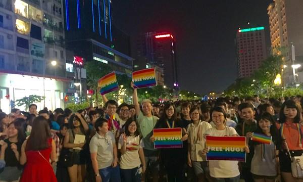 Hàng ngàn người LGBT diễu hành trên phố đi bộ Nguyễn Huệ