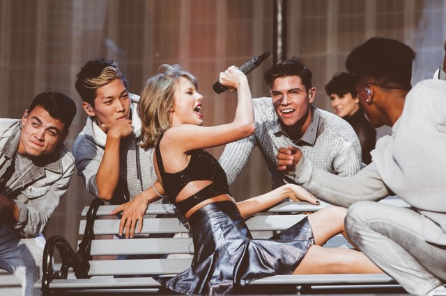 """Taylor Swift và cuộc lột xác ngoạn mục trong """"The 1989 World Tour"""""""