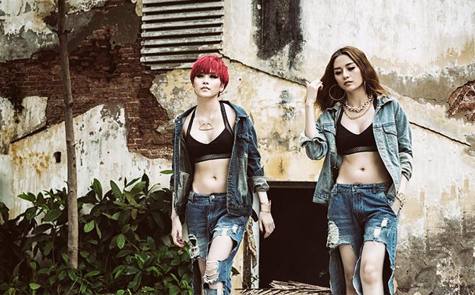 """Thiều Bảo Trâm đập thẳng chai vào đầu """"người yêu"""" của chị gái trong MV mới"""