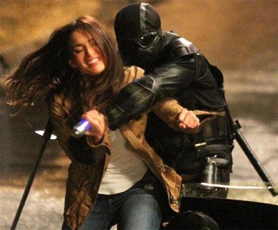 """Megan Fox quá xinh khi diễn cảnh """"đánh đấm"""""""