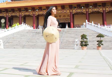 Trương Thị May dịu dàng với áo dài trên nước Mỹ