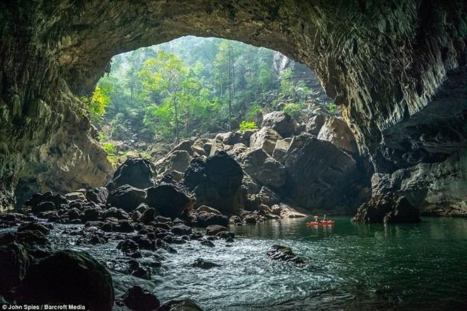 Khám phá hang động kỳ vĩ như Sơn Đoòng ở Lào