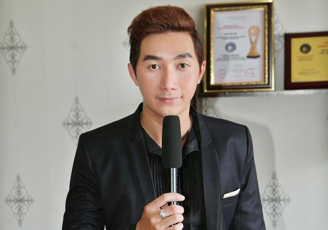 Siêu mẫu Nam Phong lịch lãm trong vai trò MC