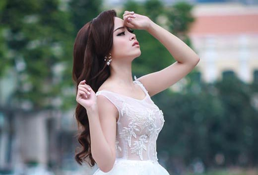 Đặng Hà Vy làm cô dâu sexy với váy cưới xuyên thấu Tommy Nguyễn