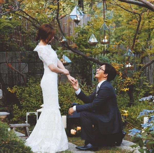 Công bố ảnh Bae Yong Joon quỳ xuống trước Park Soo Jin