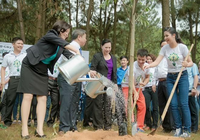 Hoa hậu Ngọc Hân cùng Xuân Bắc trồng cây tại ngã ba Đồng Lộc