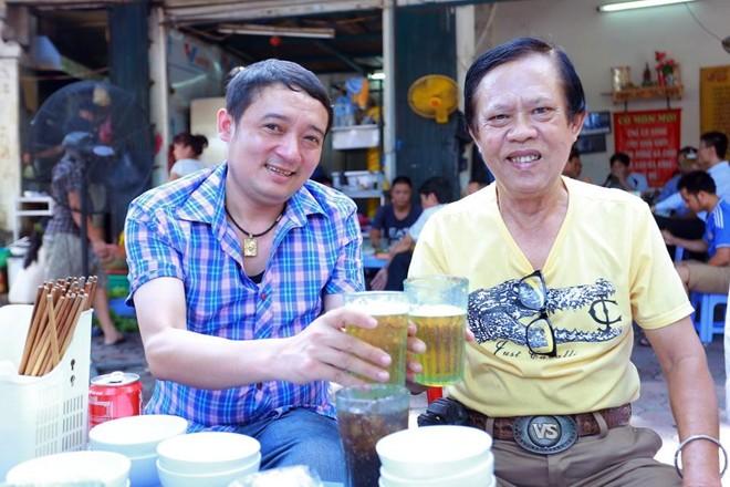 Nhạc sĩ Vinh Sử uống bia hơi vỉa hè với Chiến Thắng
