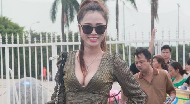 """Nữ hoàng Người mẫu """"đốt nóng"""" sân Mỹ Đình trước giờ bóng lăn"""