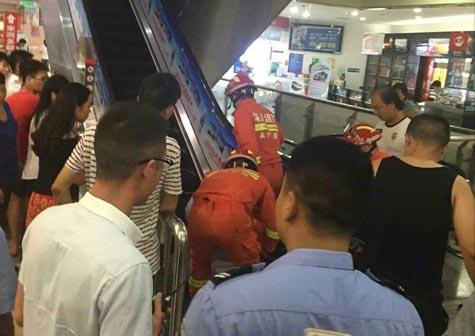 """2 tiếng đồng hồ giải cứu em bé 3 tuổi ra khỏi chiếc thang cuốn """"tử thần"""""""