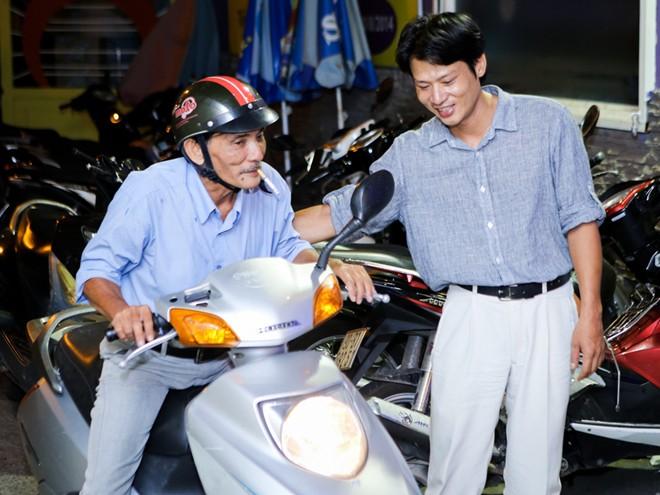 Thương Tín đi xe máy đến phòng trà nghe con trai hát
