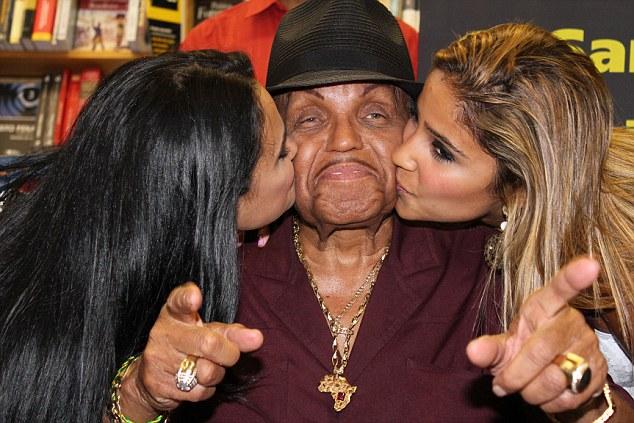 Bố Michael Jackson bị đồn đột quỵ vì Viagra