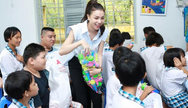 Trà Ngọc Hằng tặng đồ chơi cho trẻ em khuyết tật