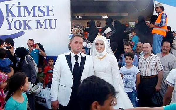 """Cặp đôi gây """"sốt"""" mạng thế giới khi mời 4.000 người tị nạn đến ăn cỗ cưới"""