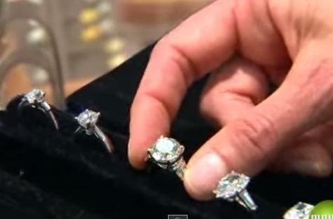 Dành 150kg tiền xu suốt 20 năm để mua nhẫn kim cương cầu hôn người yêu từ khi còn nhỏ