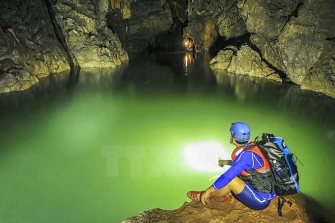 Hồ không đáy trong lòng đất thách thức giới hạn con người