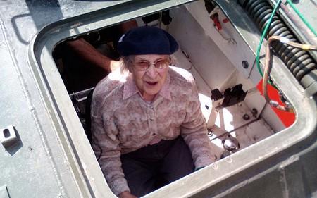 Cụ bà lái xe tăng đón mừng sinh nhật 101 tuổi