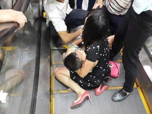 Bé trai bị kẹt chân ở thang cuốn, bố mẹ hoảng loạn