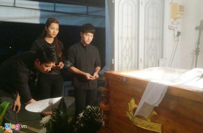 Ưng Hoàng Phúc túc trực trong tang lễ Nguyễn Giàu