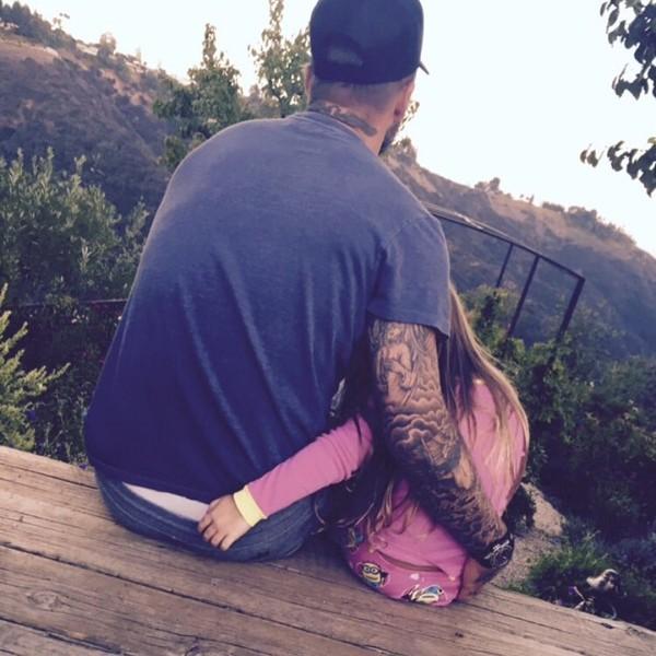 """Beckham và """"gái cưng"""" Harper Seven ôm eo nhau đầy tình cảm"""