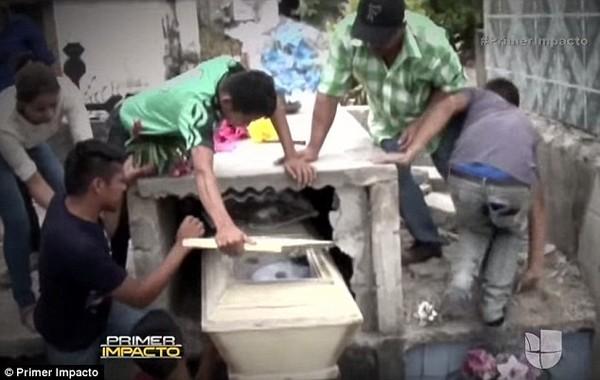 Cô gái mang bầu bất ngờ sống lại sau một ngày nằm dưới mộ