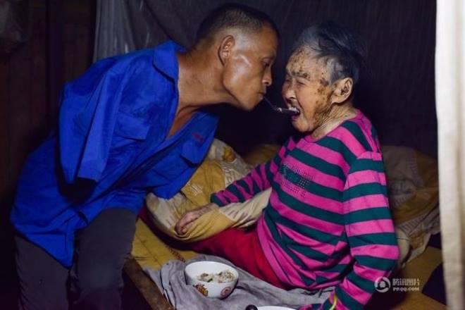 Người đàn ông cụt hai tay một mình chăm mẹ già yếu