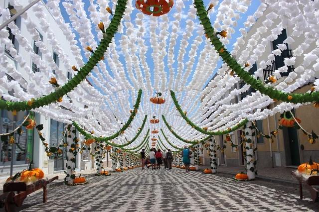 Choáng ngợp phố hoa giấy ở Bồ Đào Nha