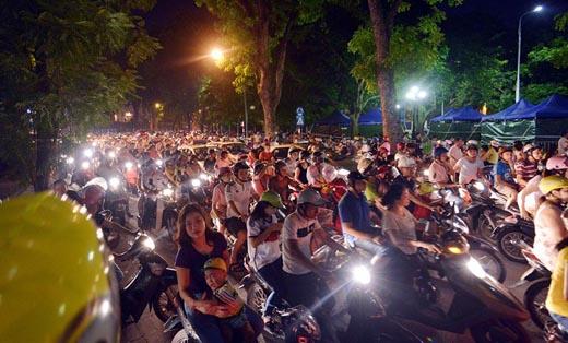 Người dân háo hức đổ về Ba Đình đêm trước diễu binh
