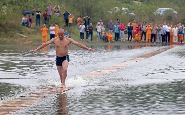 Võ tăng chạy 125m trên mặt nước phá kỷ lục thế giới