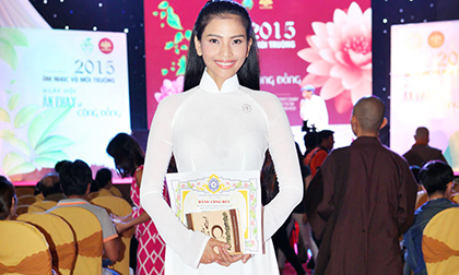 Trương Thị May nhận giấy khen của Giáo hội phật giáo Việt Nam