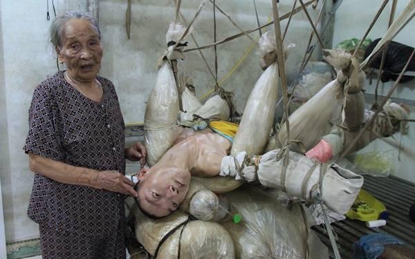 Bức ảnh khiến bạn nghẹn thở: Người đàn ông suốt 47 năm sống cảnh treo lơ lửng giữa nhà