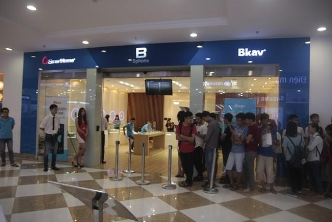 Người dùng xếp hàng chờ showroom Bphone mở cửa