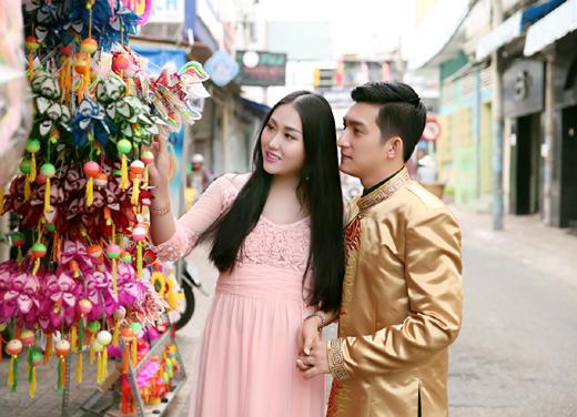 Bà bầu Phi Thanh Vân cùng ông xã dạo chơi phố đèn lồng