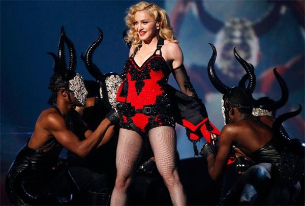 Madonna phạt vũ công tới muộn quỳ xuống hôn chân