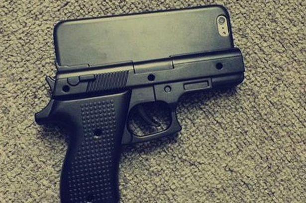 Vỏ case iPhone hình khẩu súng khiến sân bay náo loạn
