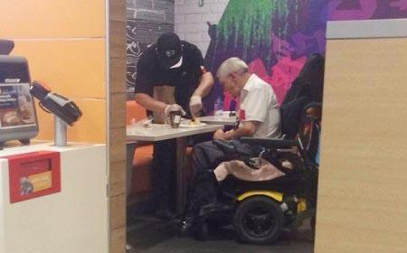 Ấm áp với hành động của nhân viên tiệm thức ăn nhanh với ông lão ngồi xe lăn