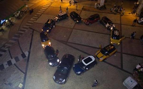 Anh chàng dùng 11 chiếc siêu xe xếp thành hình trái tim để... cầu hôn bạn gái
