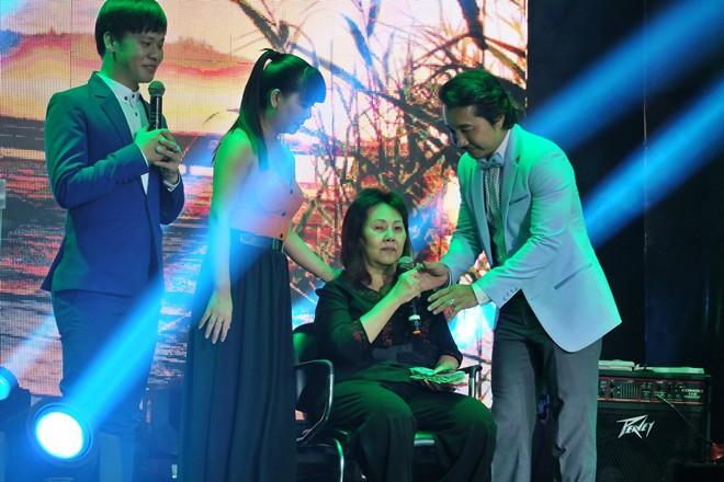 Nghệ sĩ Hoàng Lan nhận thêm 30 triệu đồng chữa bệnh