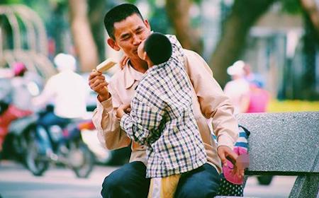 Nụ hôn của em bé khuyết tật và người cha nghèo giữa phố Hà Nội