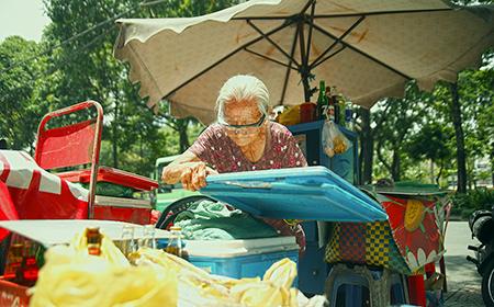 Bà cụ 87 tuổi bán nước vỉa hè Sài Gòn nói 4 thứ tiếng