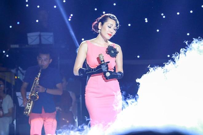 Minh Thu 'lên đồng' hát Dệt tầm gai phiên bản EDM