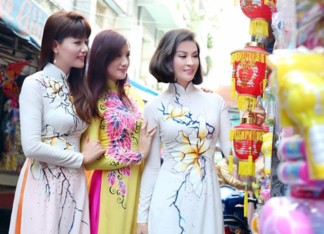 """Thanh Mai cùng nhiều nghệ sỹ """"tung tăng"""" trên phố đón Tết Trung Thu"""