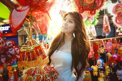 Á hậu điện ảnh Châu Băng Kỳ xinh xắn dạo phố lồng đèn