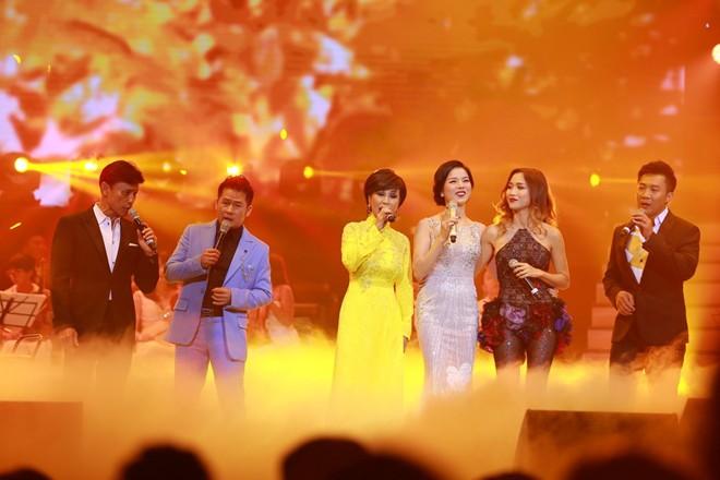 Dàn ca sĩ hải ngoại hát 3 tiếng đồng hồ cùng khán giả Hà Nội