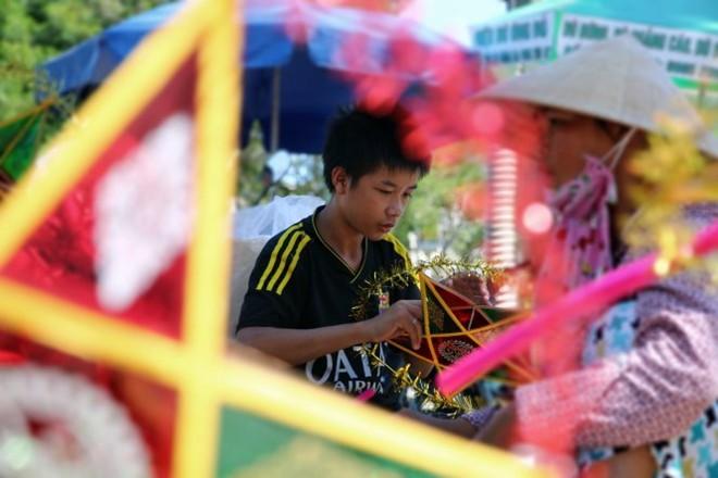 Trẻ em Hà Nội, Huế, TP HCM kiếm sống mùa Trung thu