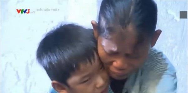 Bật khóc với trung thu đoàn tụ của 8 mẹ con nghèo tại Huế